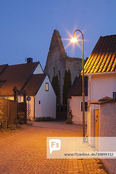 Schweden  Gotland  Visby  Beleuchtete Stadtstraße in der Abenddämmerung