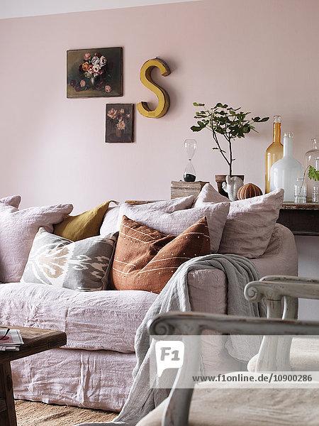 Blick auf das Sofa im Wohnzimmer