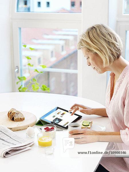 Bild der Frau mit digitalem Tablett zu Hause
