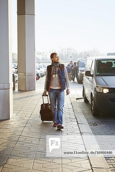 Deutschland  Berlin  Mann mit Koffer am Flughafen
