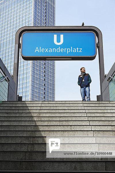 Deutschland  Berlin  Alexanderplatz  Mann steht am unterirdischen Eingang
