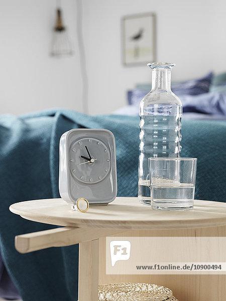Schweden  Vastergotland  Wecker und Flasche im Schlafzimmer