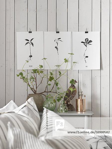 Schweden  Vastergotland  Bilder an der Wand im Schlafzimmer