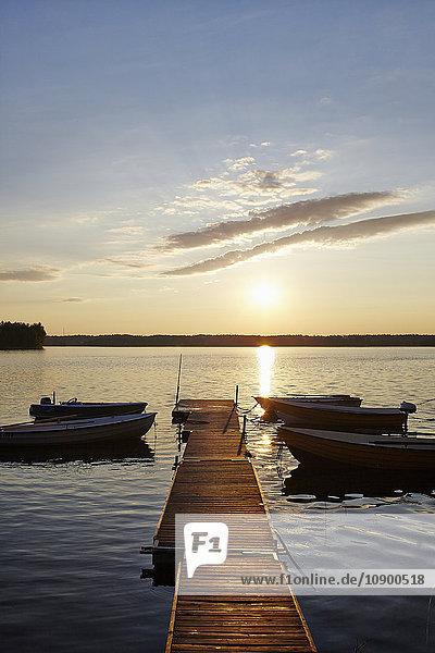 Schweden  Vastra Gotaland  Skagern  Pier im See bei Sonnenuntergang