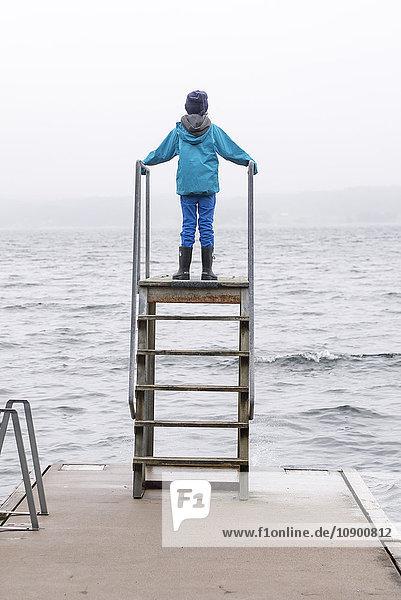 Schweden  Bohuslan  Halleback  Rückansicht des Jungen (10-11)  der auf einem Sprungturm am Pierrand steht Schweden, Bohuslan, Halleback, Rückansicht des Jungen (10-11), der auf einem Sprungturm am Pierrand steht