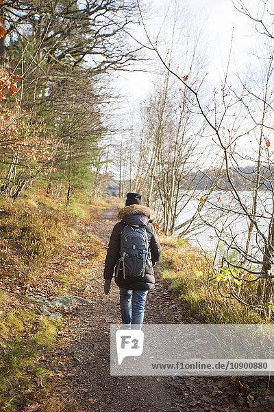 Schweden  Vastergotland  Lerum  Aspensee  Frau auf Wanderweg am See