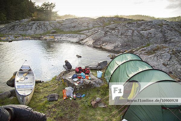 Schweden  Westküste  Bohuslan  Flato  Zelt am felsigen Flussufer