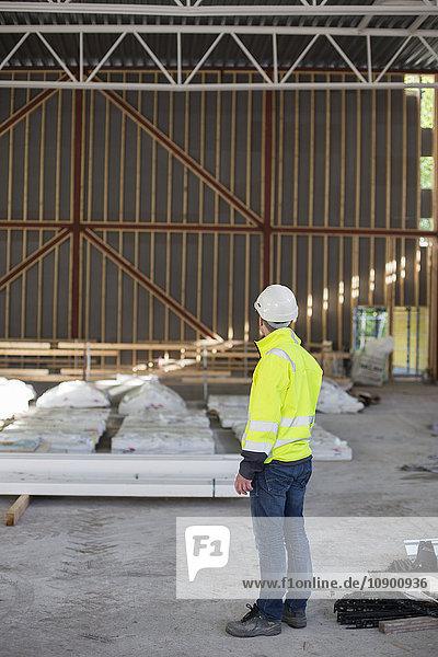 Schweden  Bohuslan  Torslanda  Mann in Schutzhelm auf der Baustelle