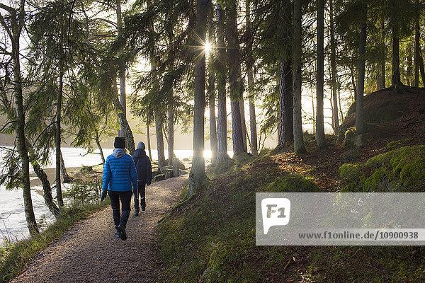 Schweden  Vastergotland  Lerum  Stamsjon  Mutter und Sohn (12-13) beim Waldspaziergang