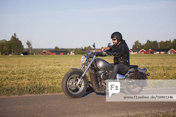 Schweden  Vasterbotten  Motorradfahren im Sommer