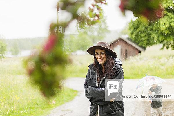 Schweden  Varmland  Filipstad  Gasborn  Horrsjon  Porträt einer im Regen stehenden Frau