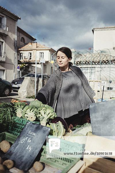 Frankreich  Languedoc-Roussillon  Sauve  Junge Touristen wählen Gemüse auf dem Markt