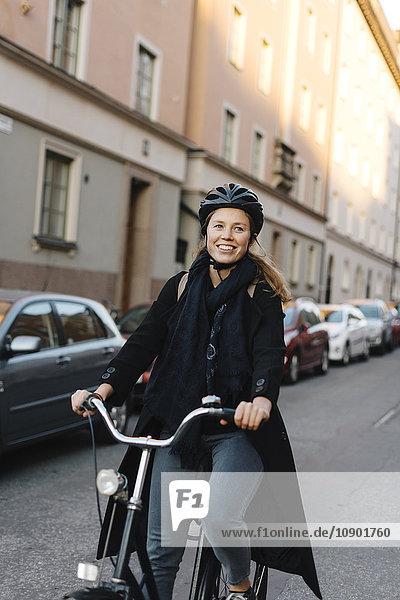 Schweden  Sodermanland  Stockholm  Sodermalm  Heleneborgsgatan  Junge Frau Radfahren auf der Straße