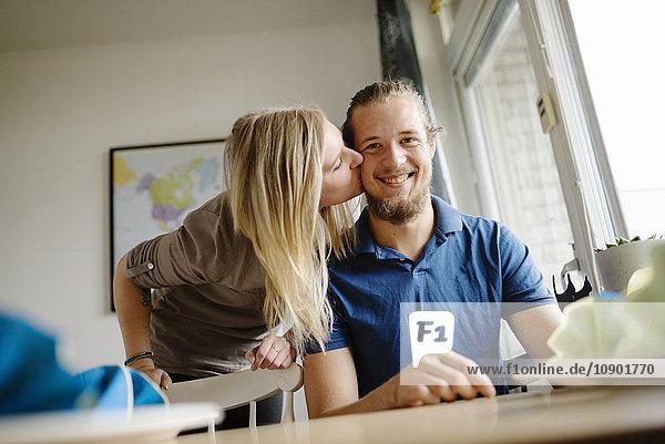 Schweden  Frau küsst Mann auf Wange