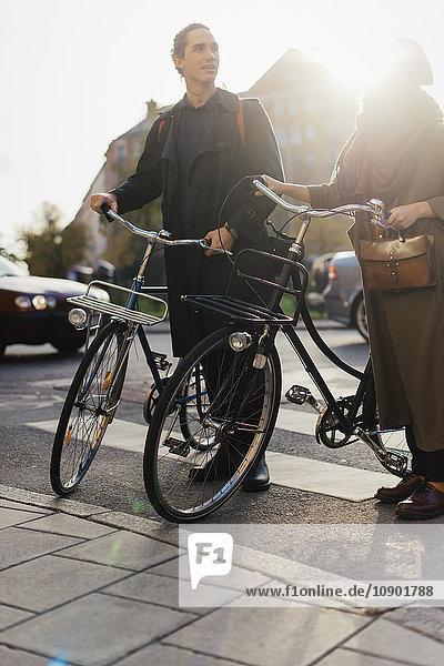 Schweden  Uppland  Stockholm  Vasastan  Zwei junge Leute  die mit dem Fahrrad unterwegs sind.