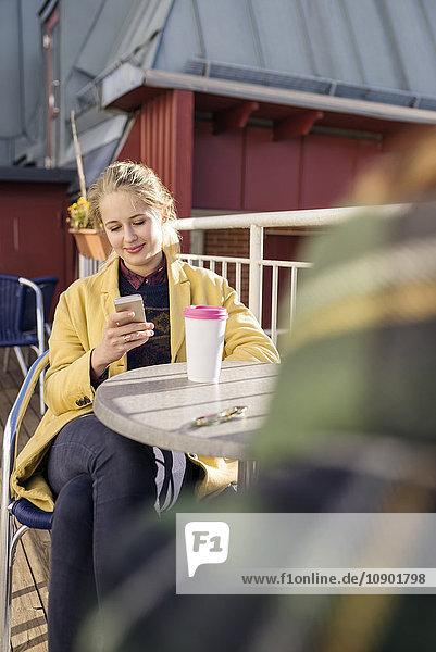 Schweden  Vasterbotten  Umea  Portrait einer jungen Frau am Telefon