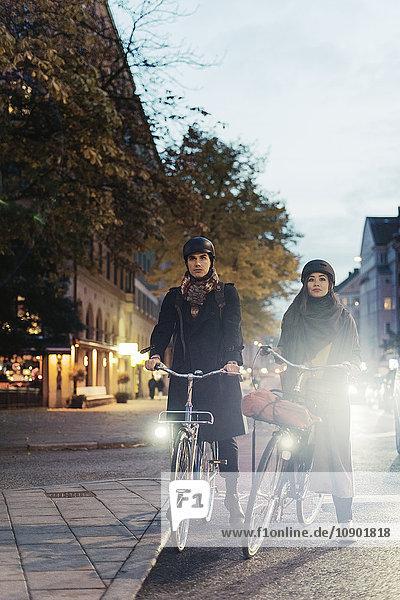 Schweden  Uppland  Stockholm  Vasatan  Sankt Eriksgatan  Mann und Frau radeln auf der Stadtstraße