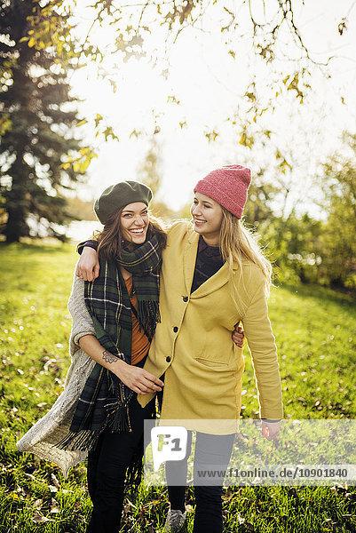 Schweden  Vasterbotten  Umea  Zwei junge Frauen  die sich umarmen