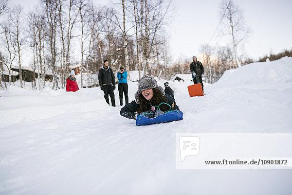 Schweden  Lappland  Hemavan  Freunde mit Schlitten im Winter