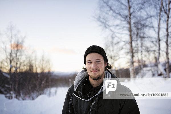 Schweden  Lappland  Hemavan  Porträt eines jungen Mannes mit Parka im Winter