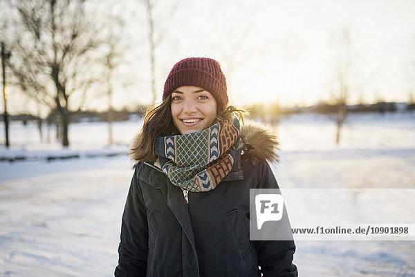 Schweden  Vasterbotten  Umea  Portrait einer jungen Frau im Winter