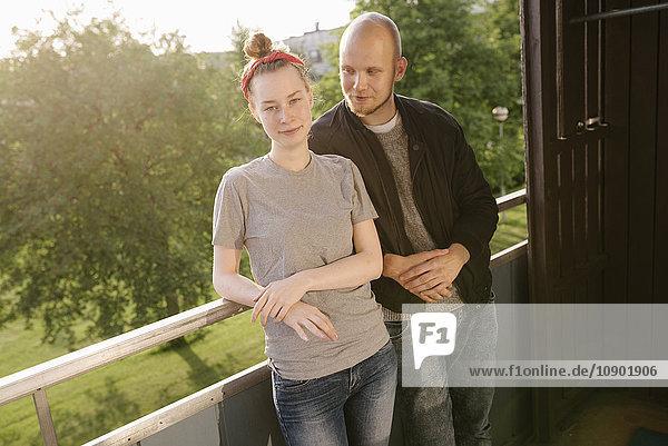 Schweden  Vasterbotten  Norrmjole  Junges Paar auf dem Balkon stehend