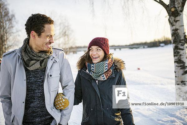 Schweden  Vasterbotten  Umea  Junges Paar beim Wandern im Winter