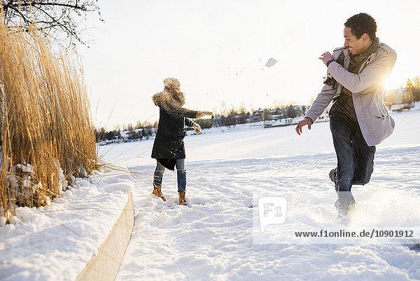 Schweden  Vasterbotten  Umea  Junges Paar genießt Schneeballschlacht