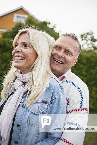 Schweden  Blekinge  Lächelndes Paar umarmend