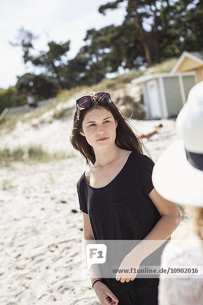 Schweden  Skane  Ahus  Teenager Mädchen (16-17) am Strand