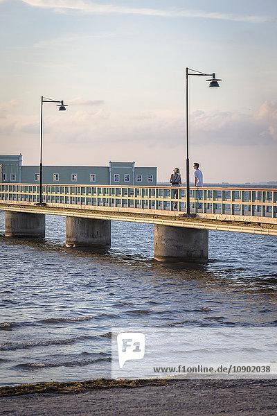 Schweden  Skane  Malmö  Ribersborg  Mann und Frau stehen auf der Kallbadhuset-Brücke.
