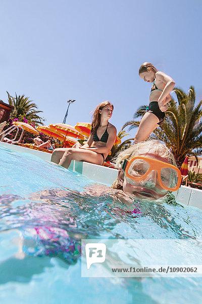 Italien  Sardinien  Alghero  Kinder (14-15  16-17) im Schwimmbad