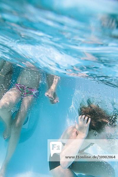Italien  Sardinien  Alghero  Kinder (14-15  16-17) beim Eintauchen ins Schwimmbad