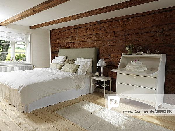 Schweden  Schlafzimmer im skandinavischen Stil mit Holz und weißem Farbthema