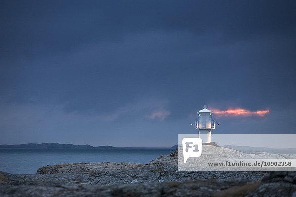 Schweden  Bohuslan  Marstrand  Leuchtturm auf Felsen in der Dämmerung