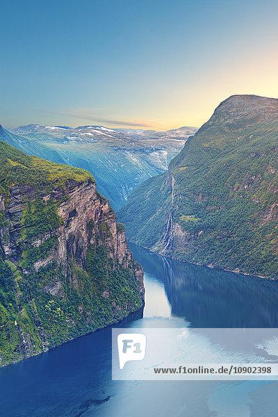 Norwegen  More og Romsdal  Sunnmore  Geirangerfjord  Ruhiges Meer zwischen bewachsenen Felswänden
