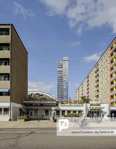 Schweden  Skane  Malmö  Slottstaden  Blick von der Straße auf modernes Wohnhaus