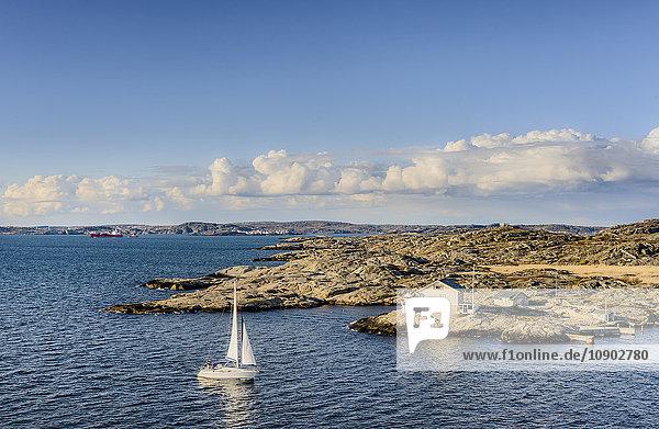 Schweden  Westküste  Bohuslan  Marstrand  Blick auf Küste und Segelboot auf dem Wasser