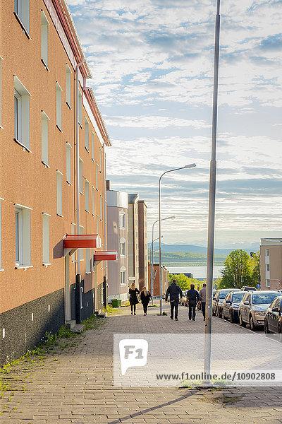 Schweden  Lappland  Kiruna  Blick auf Wohngebiet und Menschen im Hintergrund