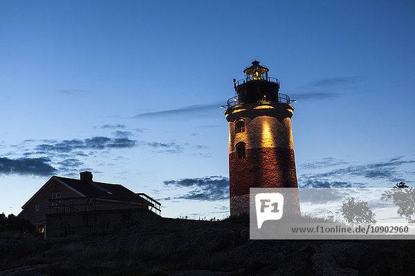 Schweden  Alandsee  Soderarm  Soderarm Leuchtturm in der Abenddämmerung beleuchtet