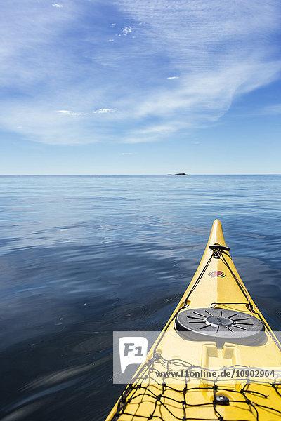 Schweden  Stockholm Archipel  Bug des Kajaks im Meer