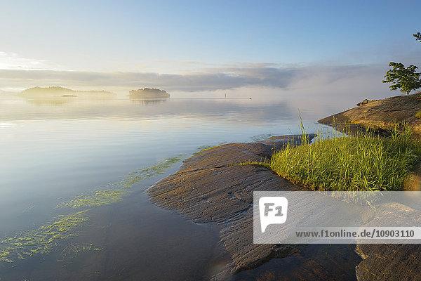 Schweden  Stockholm Archipel  Uppland  Lidingo  Blick auf See und Inseln bei Tagesanbruch