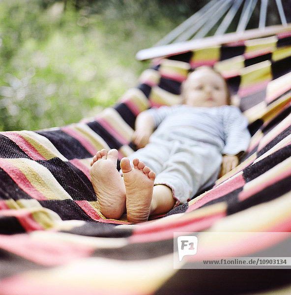 Finnland  Uusimaa  Lapinjarvi  Baby auf Hängematte liegend  Schwerpunkt barfuß