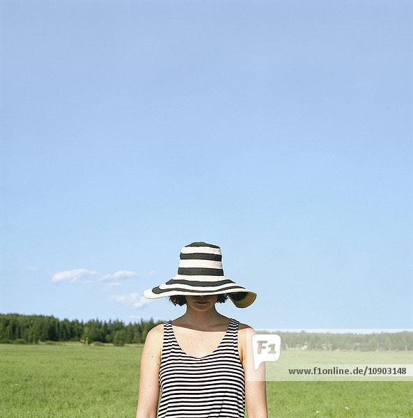 Finnland  Uusimaa  Lapinjarvi  Frau mit Hut im Gesicht