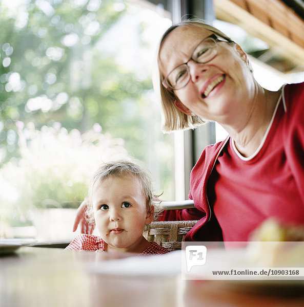 Finnland  Helsinki  Uusimaa  Portrait der Großmutter mit Enkelin (2-3)