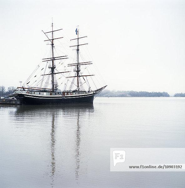 Finnland  Helsinki  Kruunununhaka  Zweimastschiff im Hafen