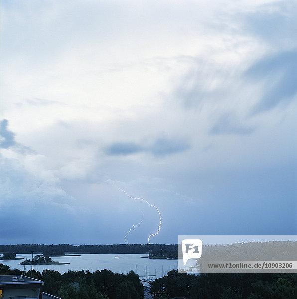Finnland  Helsinki  Roihuvuori  Stromsinlahti  Doppelter Blitzschlag am Horizont