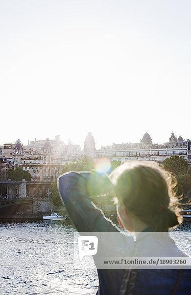 Frankreich  Ile-de-France  Paris  Rückansicht der Frau bei Sonnenschein