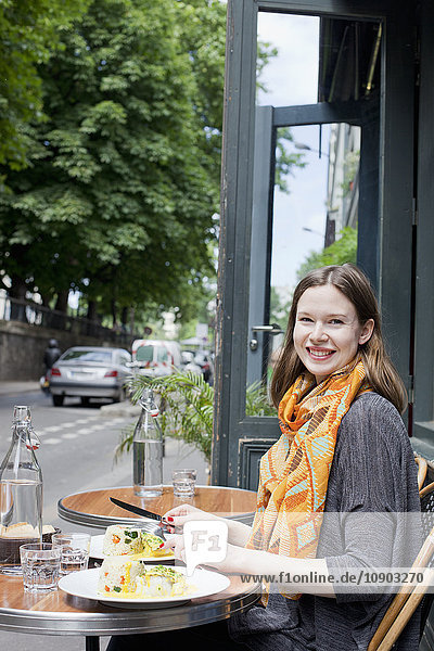 Frankreich  Ile-de-France  Paris  Junge Frau am Tisch im Straßencafé