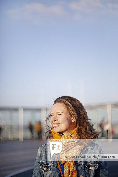 Frankreich  Ile-de-France  Paris  Lächelnde junge Frau